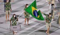 Com direito a samba, Ketleyn e Bruninho são porta-bandeira e mestre-sala na Olimpíada
